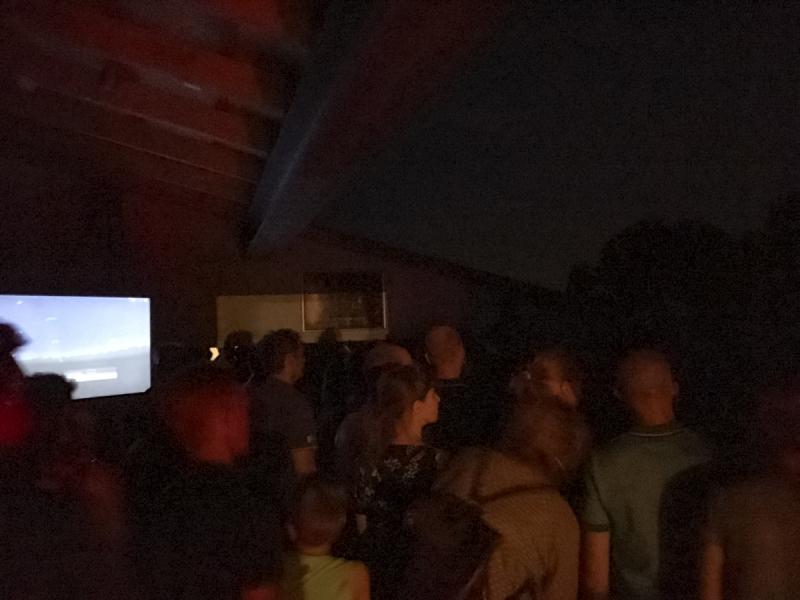 Bezoekers kijken naar het ISS
